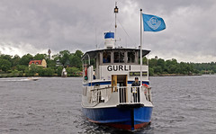 Midsummers Eve: the commuter boat Gurli in Stockholm. Happy Midsummer to you all! (Franz Airiman) Tags: sjövägen sl pendelbåt kollektivtrafik rederiabballerina rederiaktiebolagetballerina commuterboat commutership båt boat ship fartyg stockholm sweden scandinavia publictransport midsommarafton midsummerseve saltsjön nackastrand blockhusudden fyr lighthouse djurgården kaknästornet kaknästower däckisam kaptene