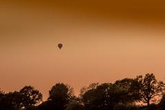 Ein Feuer, das mich schweben lässt .. (Beppe Rijs) Tags: ballon balloon sky sun sundown sunset sonne sonnenuntergang reise trip air luft himmel warm rot red mood heart passion herz stimmung leidenschaft flug flight booairlines baum tree silhouette minimalism