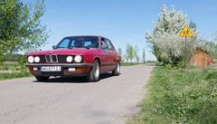 BMW 520i form 1985 (roomman) Tags: 2018 poland polen warschau warszawa warsaw bmw autp automobile sochaczew ilow grzybów slubice słubice red colour 5er 520 520i oldtimer oltimer young old youngtimer timer germany west detail details race racing fast engineering quality 1985 zinnoberrot zinnober rot heritage vintage pawel car transport transportation road museum iłów village farm farming seminar ziarno