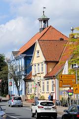 DSC_2866 Blick durch die Poststraße von Soltau zum alten Rathaus, das 1826 errichtet wurde. (stadt + land) Tags: bilder stadt soltau lüneburger heide lüneburgerheide bundesland niedersachsen landkreis heidekreis fotos sehenswürdigkeiten stadtportrait reisefotografie poststrase altes rathaus 1826 errichtet