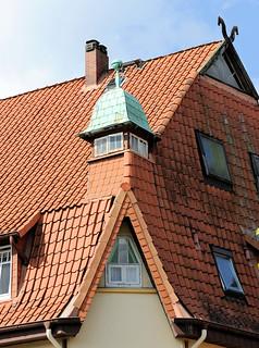 DSC_2850 Hausdach / Krüppelwalmdach mit kupfergedecktem Eckturm - Pferdeköpfe als Giebelschmuck; Architektur in Soltau.
