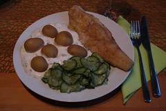 Auf der Haut gebratenes Zanderfilet mit Drillingen, Joghurtsoße und Gurkensalat (multipel_bleiben) Tags: essen fisch typischdeutsch kartoffeln gurkensalat salat joghurt
