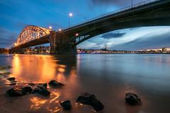 Waalbrug in het blauwe uur (Maarten Takens) Tags: brug waalbrug water waal nijmegen nederland stenen stones reflections reflection blauestunde bluehour blauweuur april 2018