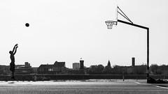 3995 (explored) (.niraw) Tags: köln deutz deutzerwerft basketball gegenlicht bw niraw strasenfotografie rhein basketballkorb geländer 3punktewurf schatten sonnenschein sprungwurf frühling