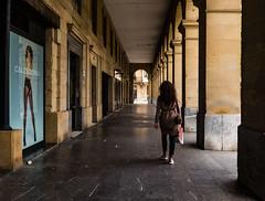 """... """"La brisa de la calle"""" ... (Lanpernas .) Tags: donostia sansebastián 2018 arcos arquitectura architecture urbanite city ciudad"""