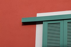 Verde, bianco e rosso - Green, red & white (Lorenzo BC-1) Tags: verde green bianco white rosso casa house finestra window linee lines persiane shutters closed chiuso colori colours canon