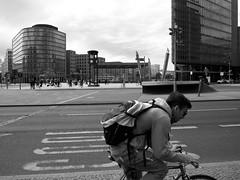 Radfahrer (Franco & Lia) Tags: street fotografiadistrada photographiederue berlin berlino potsdamerplatz deutschland germany germania ciclista cyclist radfahrer biancoenero schwarzundweiss noiretblanc blackwhite