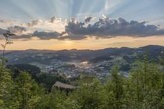 Sonnenaufgang am Wolfsberg (rolibauer) Tags: sonne sonnenaufgang sun sunrise wolfsberg unterweisenbach mühlviertel oberösterreich österreich upperaustria austria wolken wolkenspiel sonnenlicht sonnenstrahlen sunrays sunshine morning wandern berg mountain ruhe stille alleine horizont sommer aufstehen kirche ort