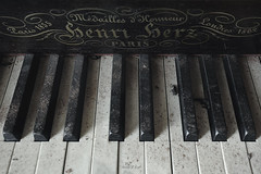 Lost melody in the silence (JG - Instants of light) Tags: benriberz piano keyboard old abandoned decay forgotten light shadows detail melodia silêncio teclado antigo abandonado decadente esquecido luz sombras detalhe urbex urbanexploration exploraçãourbana urbexportugal nikon d5500 sigma 1020 portugal
