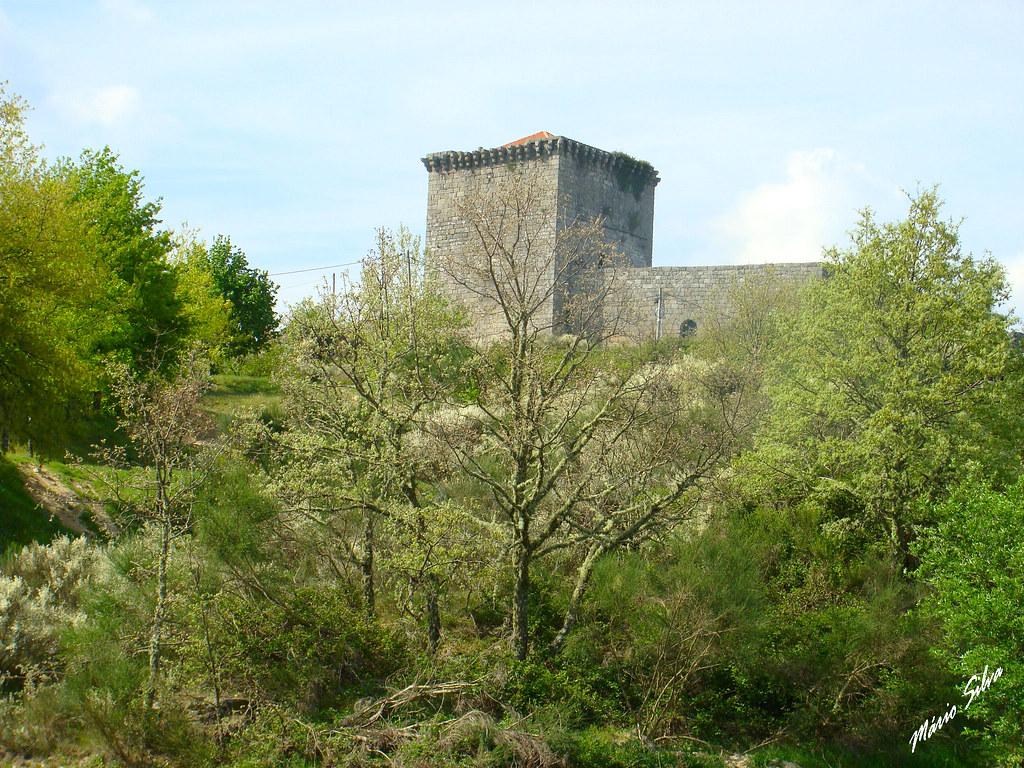Águas Frias (Chaves) - ... Castelo de Monforte de Rio Livre por entre o arvoredo ...