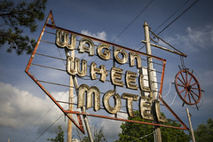 Wagon Wheel Motel Sign (Notley Hawkins) Tags: httpwwwnotleyhawkinscom notleyhawkinsphotography notley notleyhawkins 10thavenue architecture sky clouds missouri june summer 2018 sign signs building route66 cubamissouri crawfordcounty crawfordcountymissouri afternoon cloudysky motelsign motel