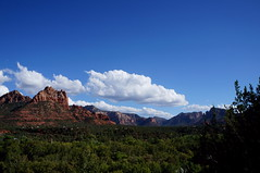 Looking away (s81c) Tags: redrocks roccerosse rocks rocce red rosso clouds nuvole bluesky cieloazzurro sky cielo blue azzurro trees alberi green verde landscape paesaggio panorama outlook sedona arizona americansouthwest usa