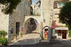 Saint Paul de Vence en Provence (Darea62) Tags: saintpauldevence provence village ancient history borgo alpesmaritimes medieval architecture shop travel tourism