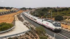 Talgo Torre del Oro (lagunadani) Tags: talgo ferrocarril tren locomotora siemens renfe 252 252064 higueruela albacete torredeloro railway