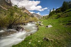 Avec grand bruit et grand fracas... (watbled05) Tags: ruisseau rivière rochers montagne arbres ciel cascade extérieur feuilles hautesalpes nuages paysage torrent