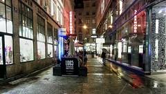 Kartnerstrasse (Raúl Alejandro Rodríguez) Tags: calle street carteles letreros signs noche night lluvia rain comercios shops luces lights kartnerstrasse viena vienna austria adoquines cobbles