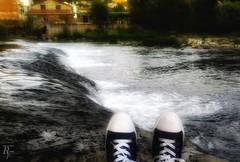Objetivos a la vista. Sigue la flecha➡️ (RESILIENTE-Photography) Tags: caminosantiago santiagodecompostela stepbystep galicia spain peregrinos caminante zapatillas
