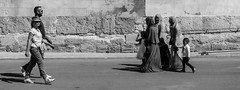 dans la rue (jemazzia) Tags: noiretblanc blackandwhite monochrome mouvement marche rencontre tourisme