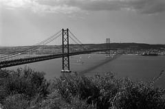 FTb_TriX_101.jpg (YannCBienMoi) Tags: trix noiretblanc street canonftb bridge lisboa portugal jour4