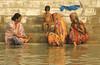 FAMILLE SUR LES GHATS (Jean d'Hugues) Tags: inde indiennes bénarès varasani ghats marches enfant couleurs détente gange