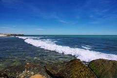 Contemplando las olas (candi...) Tags: mar playa olas agua rocas cielo nubes airelibre naturaleza nature sonya77