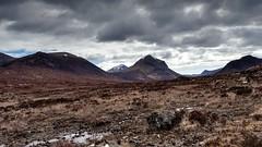 Montañas - Mountains (Raúl Alejandro Rodríguez) Tags: montañas mountains nubes clouds rocas rocks frío cold colinas hills nwn isle skye isla de escocia scotland uk