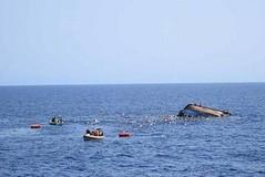 جنوح سفينة نقل 500 طن بشاطئ في سقطرى بسبب إعصار مكونو المداري (nashwannews) Tags: إعصارمكونو اليمن سقطرى
