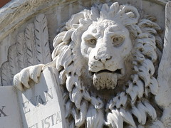 Venice - the well-read lion (DavidCooperOrton) Tags: 365the2018edition 3652018 day109365 19apr18 rialto