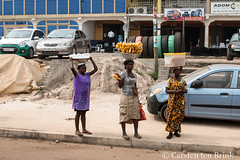Kumasi vendors (10b travelling / Carsten ten Brink) Tags: 10btravelling 2017 africa african afrika afrique asante ashanti carstentenbrink ghana ghanaian goldcoast iptcbasic kumasi places westafrica carrying chips icarry snack tenbrink vendors women