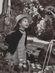 Au temps des marinières et des fleurs... (stephane.desire) Tags: enfant marinière sépia monochrome gens personne portrait