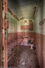 20171120_LANCASTER and WV_20171120-BFF_5060WV Penitentiary_HDR (Bonnie Forman-Franco) Tags: penitentiaary abandonedprison abandonedpenitentiary abandoned westvirginia westvirginiaprison westvirginiapenitentiary moundsville jail cell bed toilet red pink photoladybon bonnie photographybywomen abandonedphotography