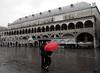Padova, giornata grigia (anto_gal) Tags: veneto padova 2018 città palazzo ragione pioggia ombrello rosso