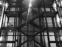Escalier de Beaubourg (Rudy Pilarski) Tags: escalier nikon night nuit d7100 2470 nb bw monochrome moderne modern architectura architecture noir noiretblanc noflash tamron paris france europe europa capitale city ciudad ville urbain urban urbano symétrie symmetry geometry géométrie géométria structure métal métallique