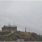 Ermita de Sant Quirc amb la muntanya del darrera tapada per boira i núvols thumbnail