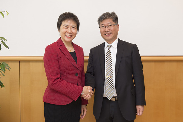 Fang Liu shakes hands with Young Tae Kim