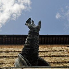 Reach out (mikael_on_flickr) Tags: reachout arm braccia hand mano statua statue perugia umbria itlaia italien italy sky cielo himmel church chiesa kirche cattedrale dittico diptychon architecture skyarchitecture