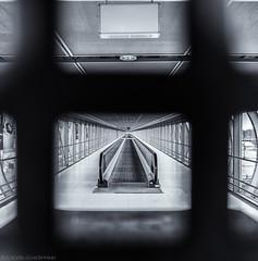 Closed (katrin glaesmann) Tags: hannover niedersachsen lowersaxony laatzen messegelände förderband horizontalescalator conveyorbelt blackandwhite monochrome bw closed skywalk