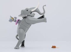 Size matters or not ?😂 (Alex THELEGOFAN) Tags: lego legography minifigure minifigures minifig minifigurine minifigs minifigurines elephant mouse size animal land white gray scared matter