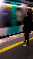 2018-04-05 - Jeudi - 95/365 - Follow the Line - (Jacques Higelin) (Robert - Photo du jour) Tags: 0100régionparisienne 0400inconnue enchemintravail france paris 2018 avril métro quai femme lignejaune visagedunjour followtheline jacqueshigelin aubordduquai