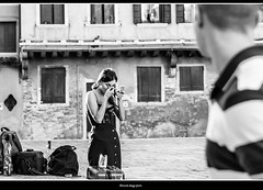 catturare l'attenzione (magicoda) Tags: italia italy magicoda foto fotografia venezia venice veneto biancoenero blackandwhite bw bn persone people blackwhitephotos maggidavide davidemaggi voyeur white curioso see vedere candid streetphotografy street turiste turista tourist turisti tourists vpl seethru nothong nopanty nero black realtà reality real santacroce coppia couple donna woman upskirt legs nobarefoot wife uomo man 2017 maddalena trucco makeup model modella eyes occhi brunette nikon d300 reflex dslr 20181225
