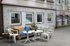 cosy street (Rasande Tyskar) Tags: hamburg street city shot streetshot wohnzimmer strase living room outdoor couch sofa schairs table dinner