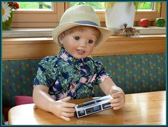 Luis will auch fotografieren / Luis wants photographing too (ursula.valtiner) Tags: puppe doll masterpiecedoll künstlerpuppe fotoapparat camera pocket portrait