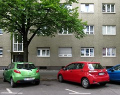 Dreiklang / Triad (bartholmy) Tags: berlin wilmersdorf auto car grün rot blau green red blue haus gebäude house building baum tree parken parking fenster windows vorhang gardine curtain rollladen shutter