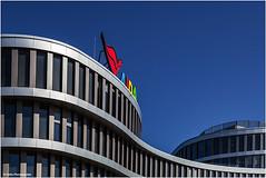 schwungvoller Kussmund (geka_photo) Tags: gekaphoto rostock mecklenburgvorpommern deutschland aida gebäude himmel blau rot