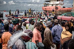 © Zoltan Papdi 2017-2825 (Papdi Zoltan Silvester) Tags: zanzibar stonetown scène viequotidienne lumière ombre humain voyage arrivage femme journalisme reportage pêcheur travail port pêche vente scene everydaylife light shadow human trip arrival wife journalism report sinner job harbor peach sale
