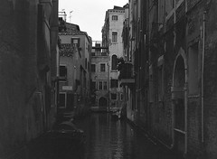 white gold (venezia 84) (juri_kid_a) Tags: 2017 italia italy veneto venezia venice december dicembre water acqua canale canal buildings architecture architettura biancoenero bianconero blackandwhite bw bn blackwhite medioformato mediumformat 6x4 120 ilford mamiya analogica analogico analogue streetphotography street streetphoto streetview