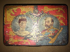 Commemorative tin showing Queen Alexandra and King Edward V11. (Bennydorm) Tags: 1900's 20thcentury coloured colours royale reina konigin regina reine rey re konig roi faded worn iphone5s inghilterra inglaterra angleterre europe uk gb britain england alexandra queen king royalty monarchs edward royals vintage old memento souvenir commemorative tin