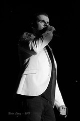y ese móvil🎼🎼🎼... (_DSC5240) (Rodo López. Fotero... instantes en un clic) Tags: blancoynegro cantante movil actuacion detalles