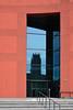 Duisburg - Innenhafen (48) - Landesarchiv Nordrhein-Westfalen (Pixelteufel) Tags: duisburg nordrheinwestfalen nrw innenhafen architektur fassade gebäude innenstadt city stadtmitte stadtkern landesarchiv büro bürohaus bürogebäude office hafen hafenanlage tür eingang entree hauseingang glasfassade