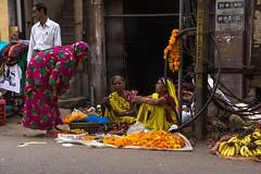 India 2017-105 (anuradhadeacon-varma) Tags: conversation marigolds streetscene madhyapradesh 2017 india jabalpur india2017